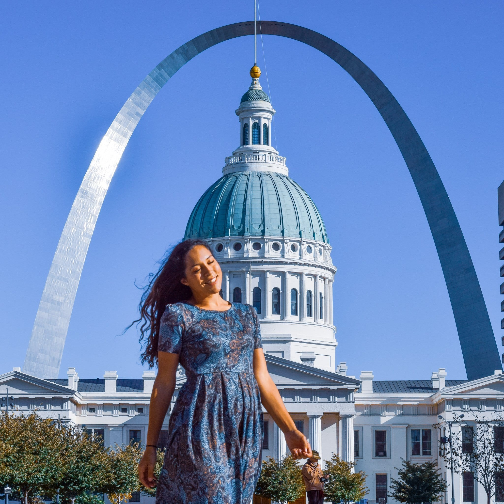 Sarah Fay in front of the Gateway Arch and Old Court House in Saint Louis